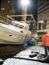 Подробности о голландской яхте «Elling» на асфальте в центре Амстердама.